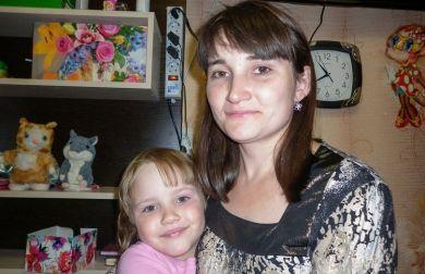 Anna Protsenko si è lanciata nel vuoto con la figlia in braccio