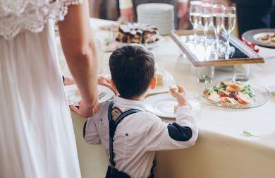 Sposa caccia la sorella dal matrimonio per colpa del figlio