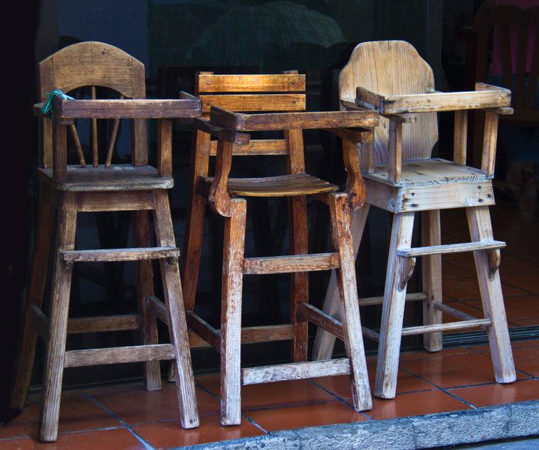 Vecchi seggioloni in legno per bambini sprovvisti di spartigambe