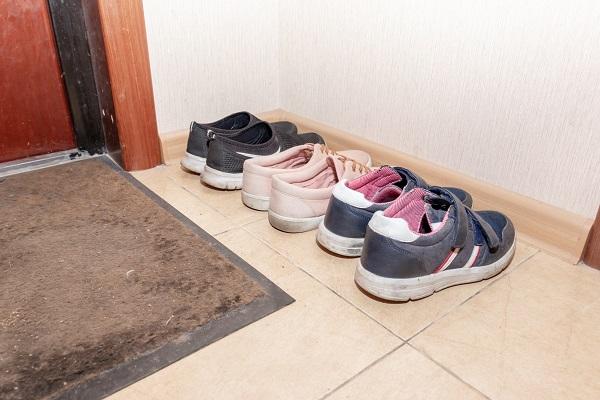 Togliersi le scarpe quando si entra in casa: 10 motivi per farlo