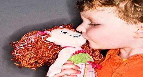 bambino che gioca con le bambole cosa fare