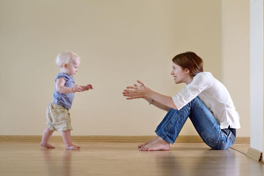 bambino inizia a camminare POSIZIONE CORRETTA