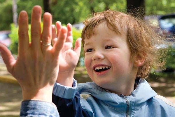 I bambini non devono essere costretti ad abbracciare o baciare nessuno: Ecco Perché