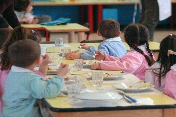Senigallia choc un bambino trova un verme nel pranzo a scuola