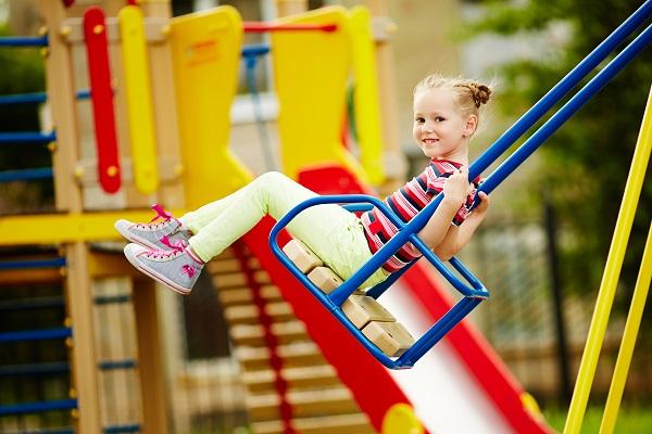 Bambina Chiede di Giocare Altri 5 Minuti: Commovente Risposta del Papà