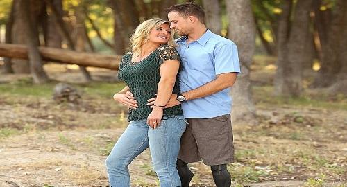 foto di coppia innamorata con sorpresa