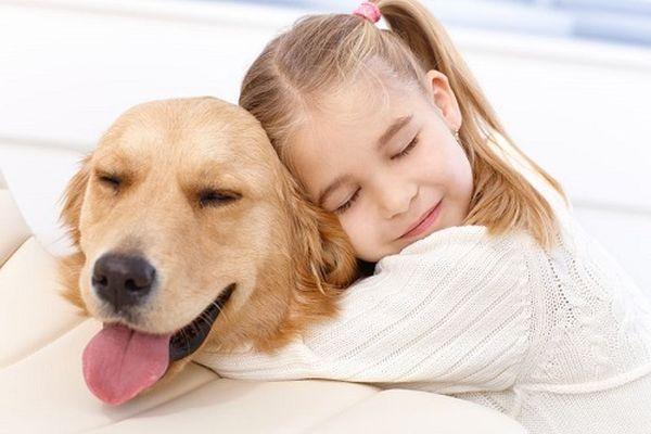 abbracciare il cane pericoloso per bambino