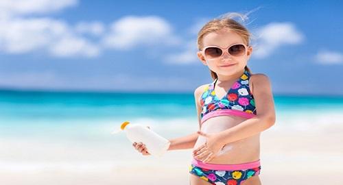 bambini al sole proteggere la pelle