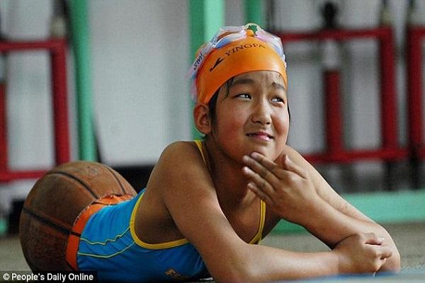 Bambina Senza Gambe Diventa Campionessa di Nuoto