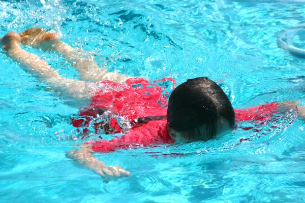 bambino di 2 anni è annegato nella piscina di casa