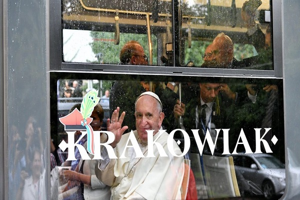 Papa Francesco in Polonia Cade Prima di Iniziare la Messa