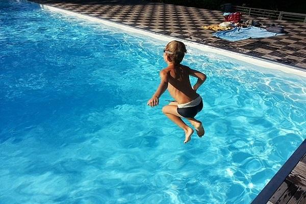 bambino in piscina svenuto