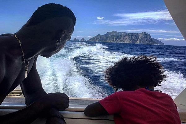 Balotelli con la figlia in vacanza