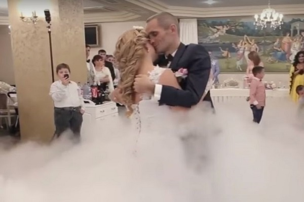 sorpresa al matrimonio in carrozzina