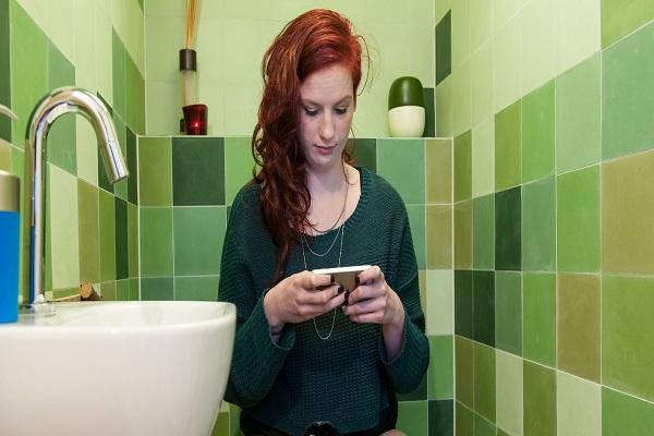 Portare il cellulare in bagno pu essere pericoloso - Andare spesso in bagno ...