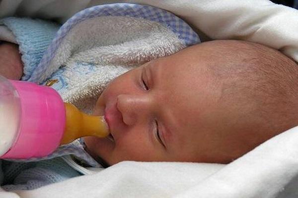 i neonati non devono mangiare distesi