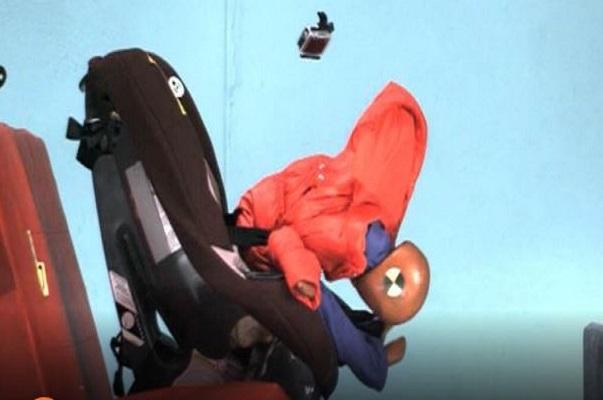 bambini nel seggiolino in auto