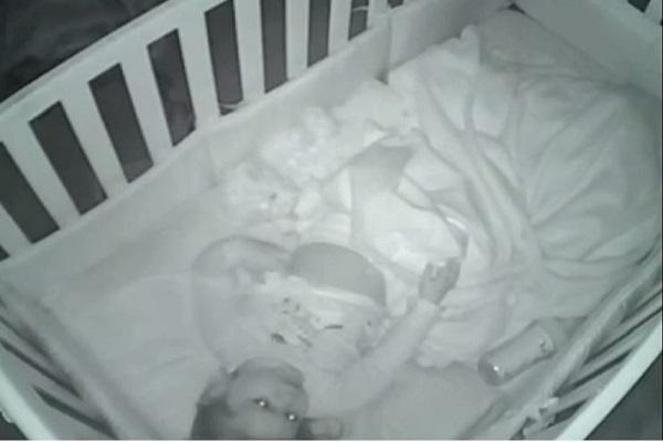 bambina prega nel lettino