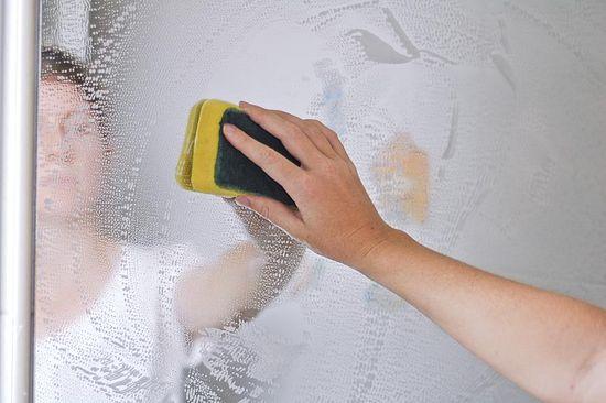 come pulire gli specchi senza lasciare aloni