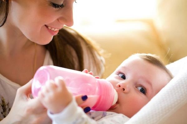 i neonati non devono mangiare sdraiati