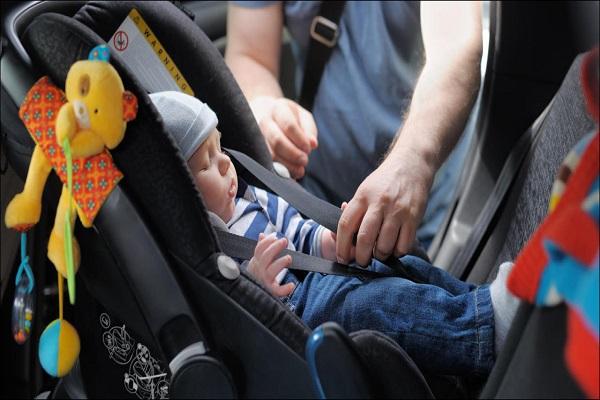 bambini nel seggiolino auto
