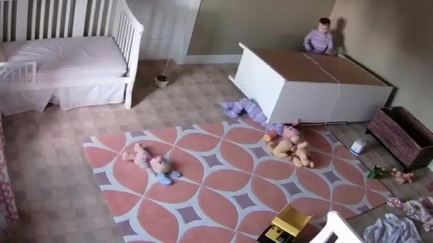 Bimbo di due anni salva il gemello finito sotto al mobile