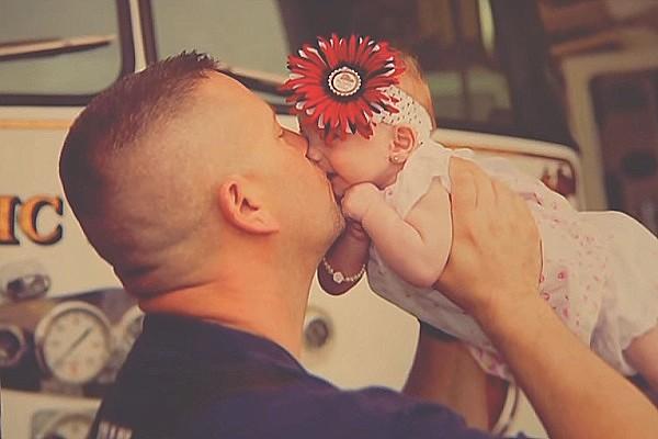 Pompiere fa Nascere una Bambina: 2 Giorni Dopo la Adotta