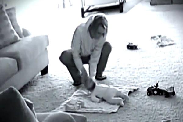 Bimbi Picchiati dalla Babysitter: Video la Incastra