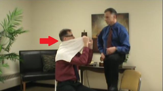 Molto fortemente il collo e i danni di spalla destra