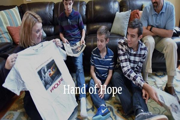 Samuel Armas, Bimbo Protagonista della Foto Hand of Hope
