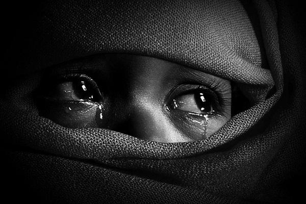 Bambino siriano ferito piange e cerca i genitori