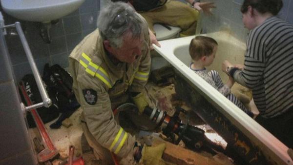 bambino bloccato nella vasca con le dita nello scarico