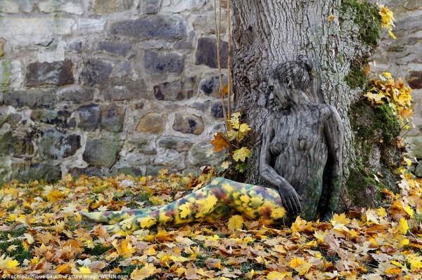 Donna nuda nascosta tra la natura: l'arte del body paint