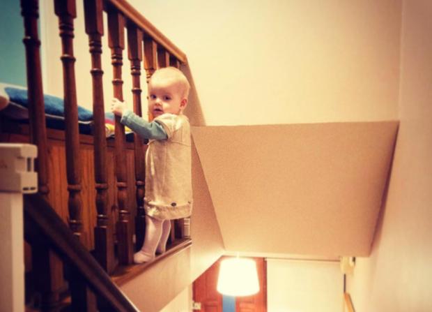 Fotografa la figlia di 18 mesi in situazioni pericolose