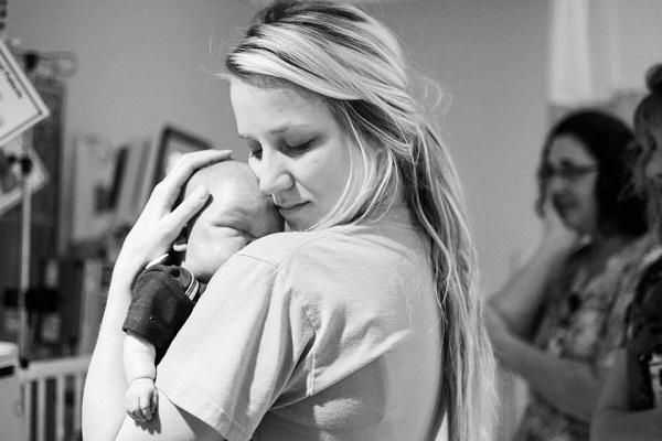 Infermiera Neonatale Pubblica una Commovente Foto