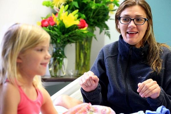 Salva la Madre Svenuta in Piscina: ha Solo 5 Anni (Video)
