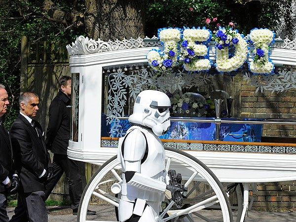 Visita la Tomba del Figlio ma Accade Qualcosa di Commovente
