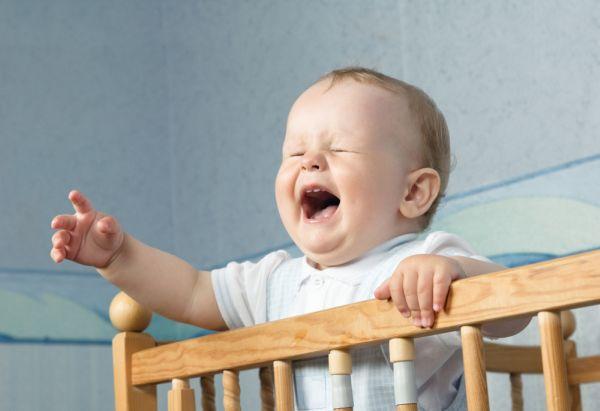 bambino picchia la testa contro la culla volontariamente