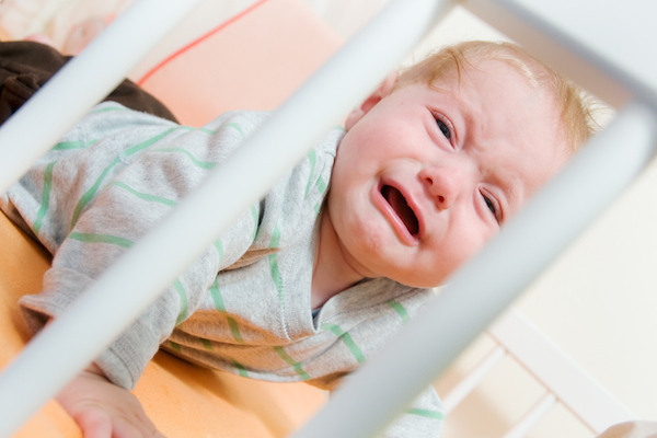 bambino picchia la testa contro la culla, cause e pericoli