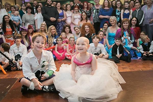 Bimba di 5 anni malata terminale sposa il suo migliore amico