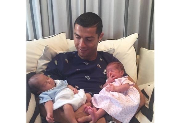 Cristiano Ronaldo mostra per la prima volta i suoi gemelli neonati