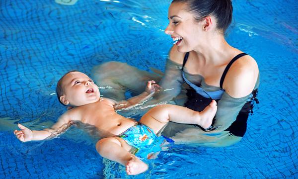 in piscina a 3 mesi quali sono i benefici per il bambino