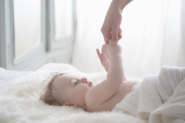 Bambino nato da 2 mamme: per la legge non esiste