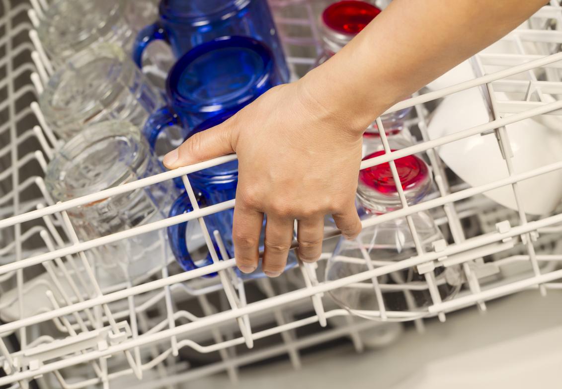 come pulire la lavastoviglie in modo naturale