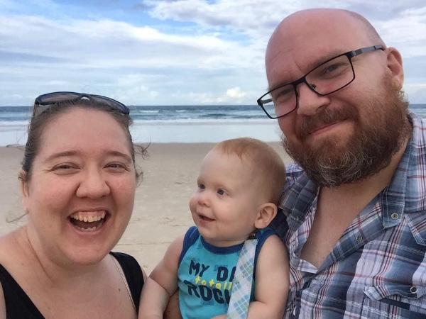 Bacio di addio: 17 mesi saluta per l'ultima volta la sua mamma