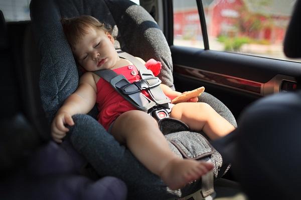 Bambina di 1 anno dimenticata in auto: salvata da passante