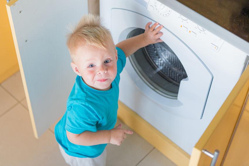 Bambino incastrato nella lavatrice: video del salvataggio