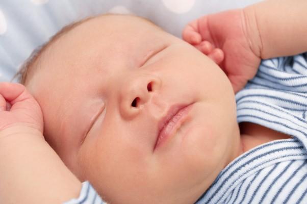 Non svegliare il neonato mentre dorme crescita fisiologica