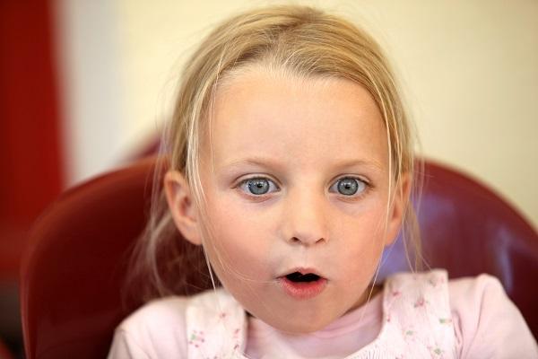 Bambina scopre il salvaslip: video esilarante