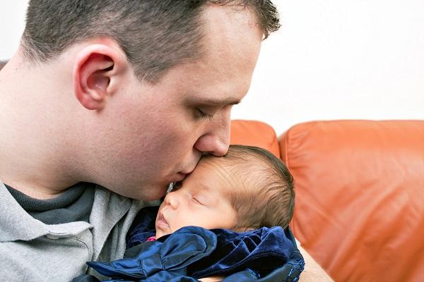 Assiste alla nascita del figlio: la reazione è esilarante